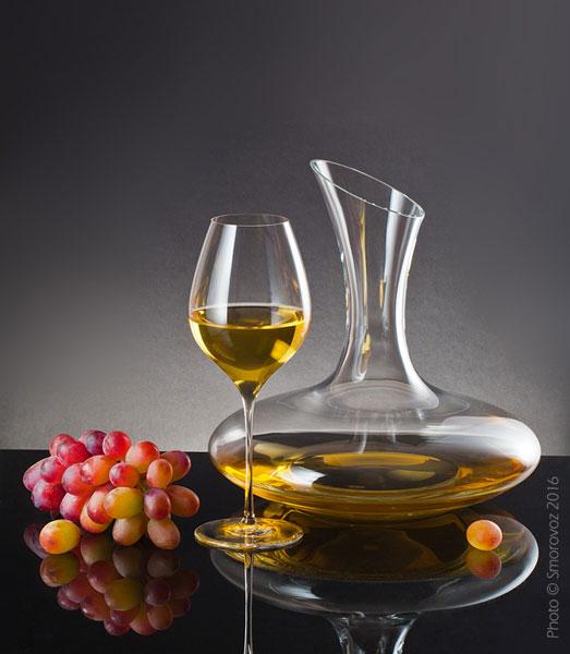 Бокал с белым вином и декантер